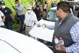 El alcalde regaló gel antibacterial y cubrebocas