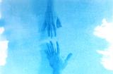 La animación en cianotipia muestra esa imposibilidad de tener contacto con aquellos que queremos