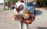 Artesanos se dedican a vender artículos realizados con palma
