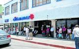 Advierten comerciantes de la poca observación a protocolos sanitarios en las sucursales del centro de Cuautla; diariamente se observan largas filas