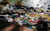 La gente deja todavía sus desechos en la ribera del caudal